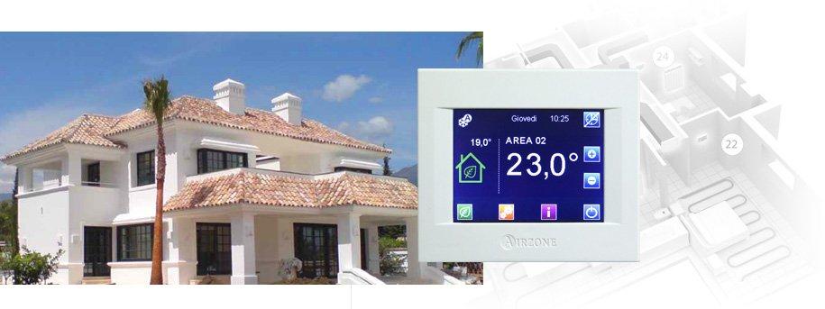 una villa e un'immagine di uno schermo con temperature all'' interno e esterno della casa