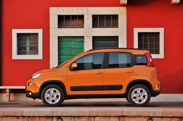 esposizione di una macchina arancia con sfondo rosso