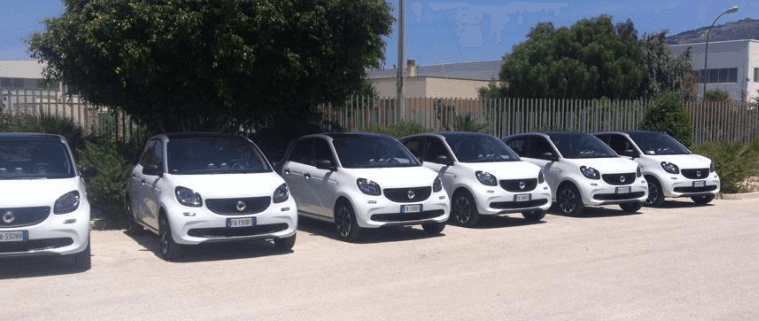 fila di macchine bianchi per noleggio
