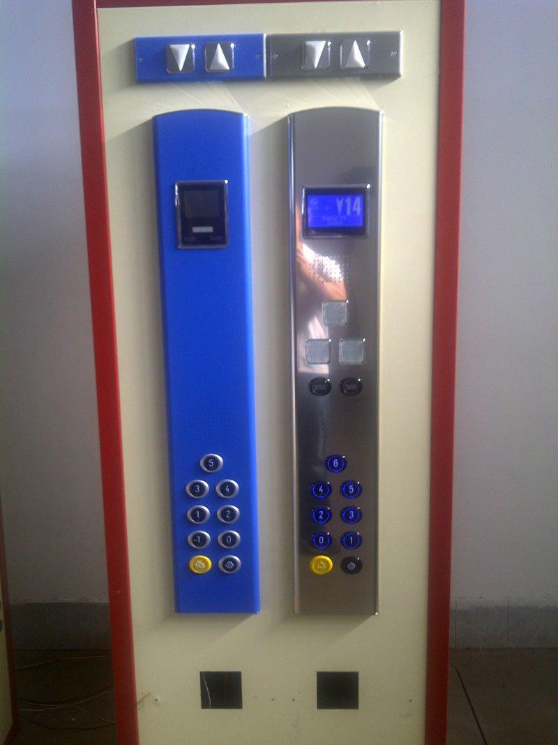 Esempi di due pulsantiere da ascensore di color blu e di color grigio con 2 display