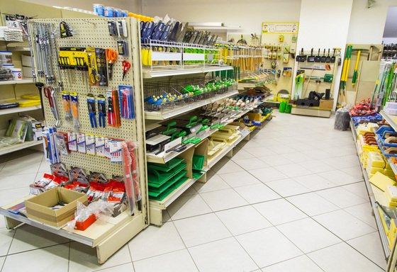 assortimento materiali edili nelle scaffali di un negozio