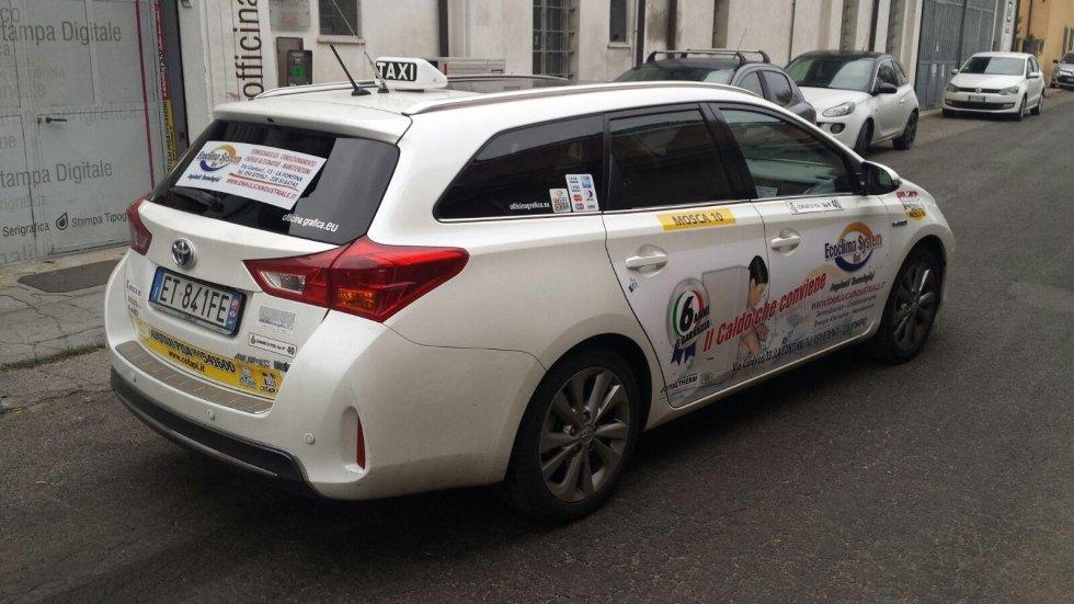 taxi con pubblicità della ditta