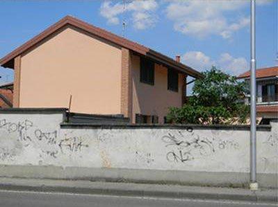 Muretto con casa rosa