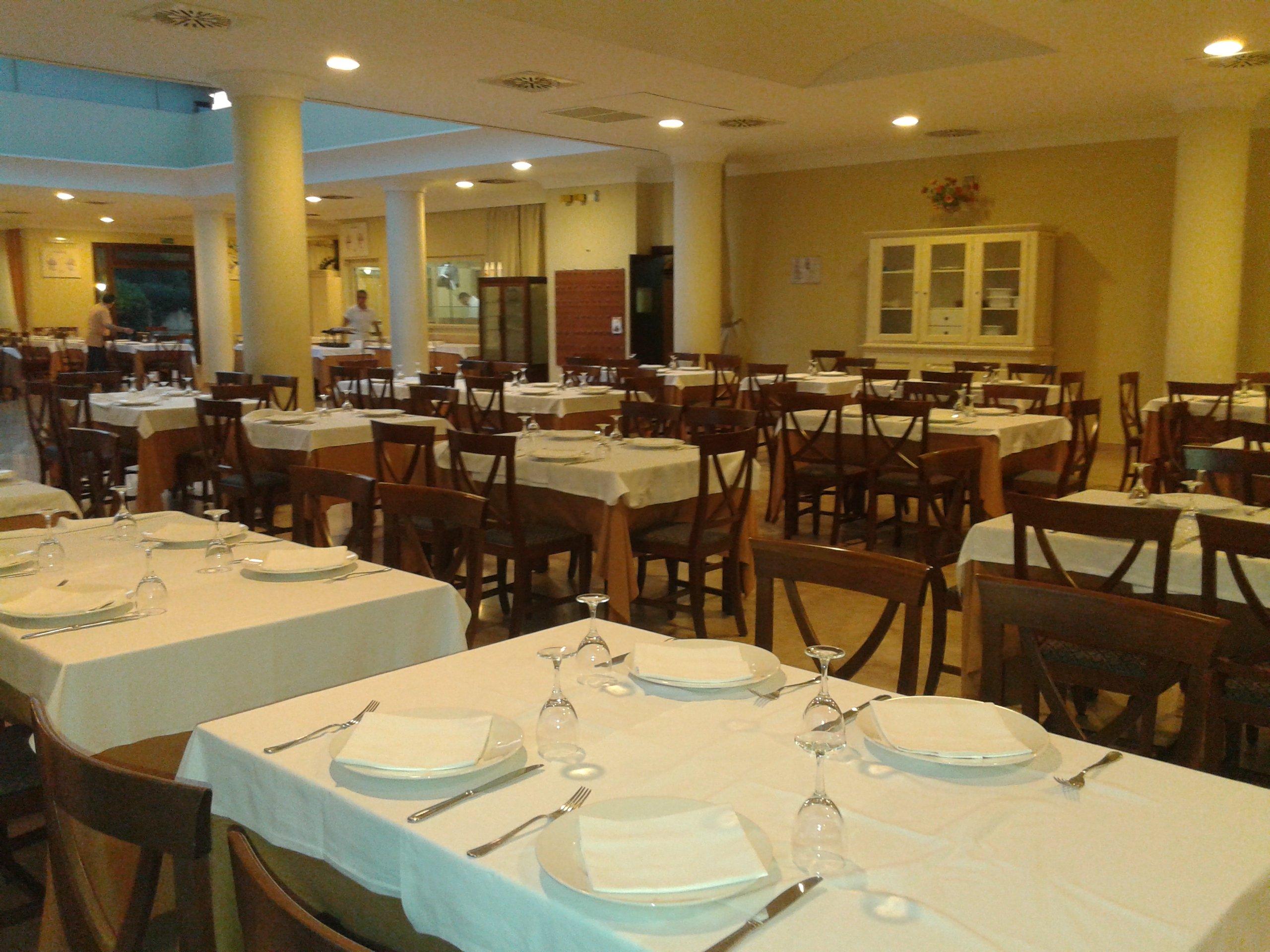 ristorante con tavoli apparecchiati