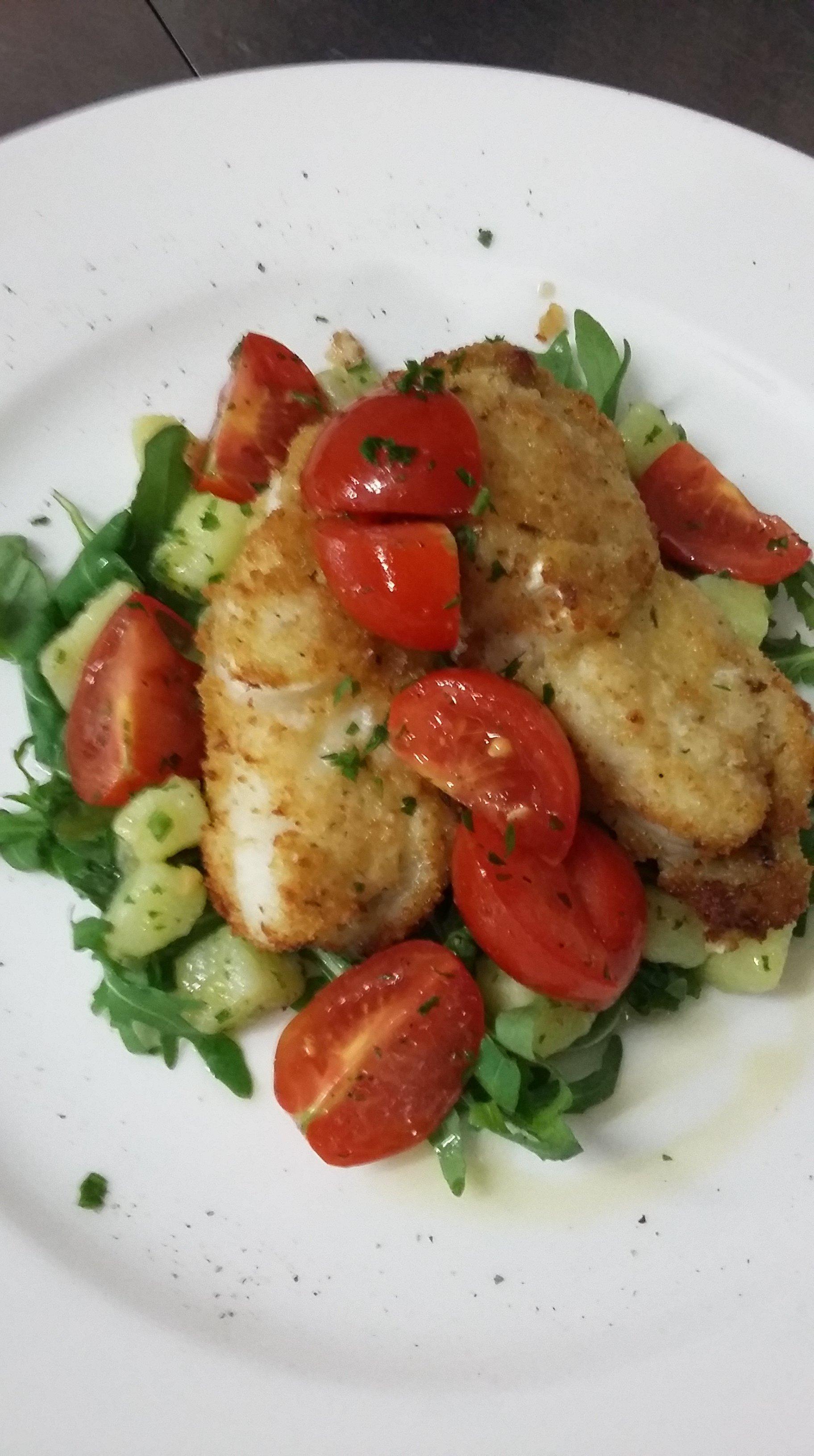 piatto di pollo con pomodori, patate e rucola