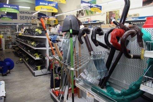 Interno del negozio dove si vedono diversi strumenti per il giardinaggio