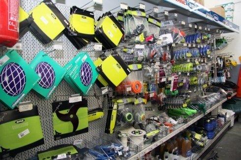 Interno del negozio, un ripiano dove si vedono componenti per macchine da giardinaggio e piccoli utensili