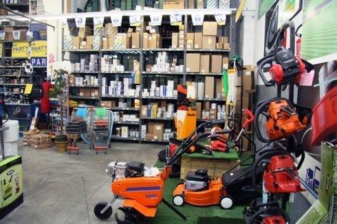 Angolo dove abbiamo varie macchine corto erba e altri apparecchi per la potatura degli alberi e piante
