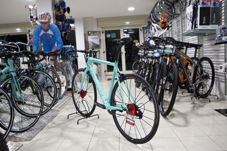 bici azzurra esposta