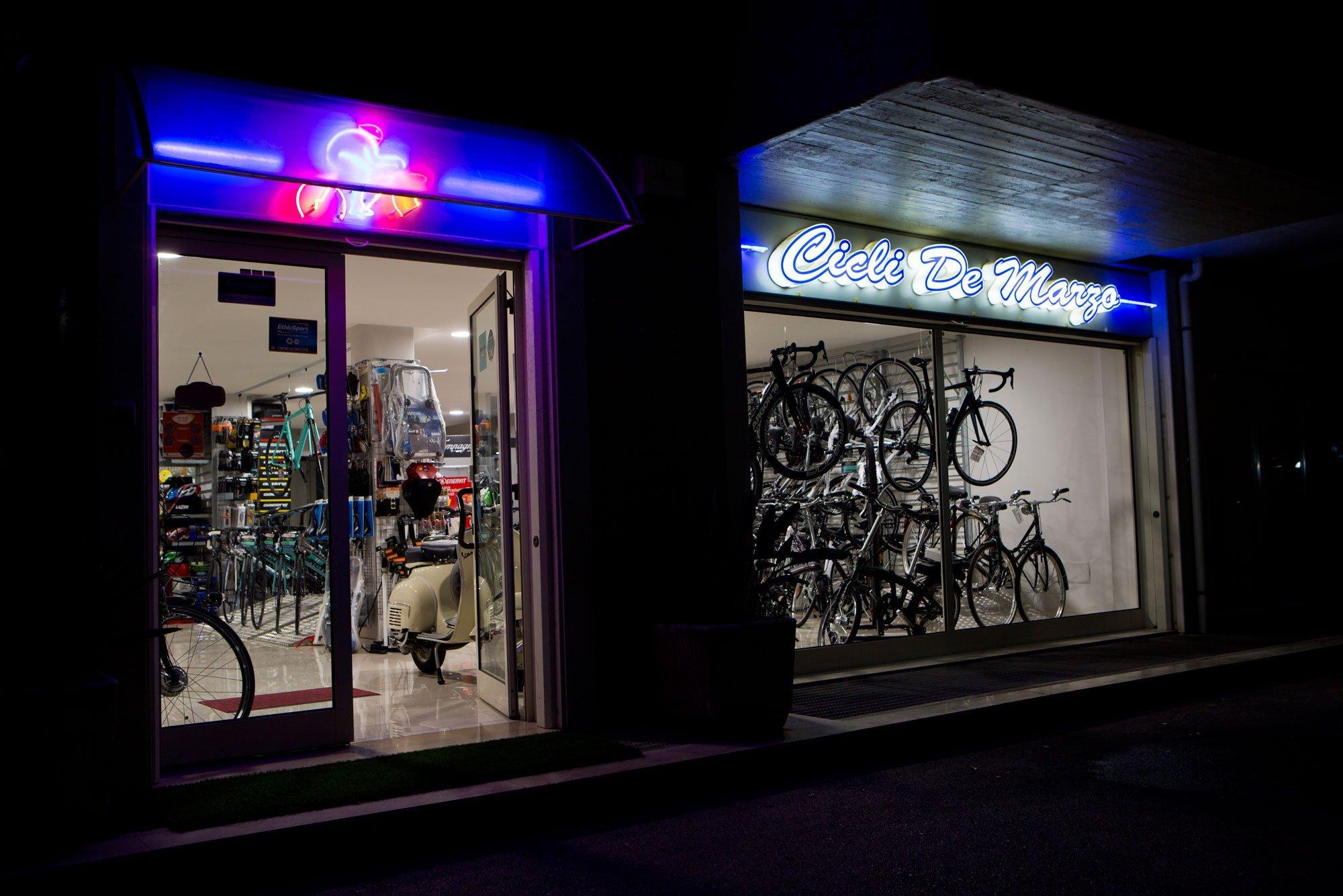 Ingresso e vetrina del negozio Cicli de Marzo con moltissime mountain bike e bici a Bari