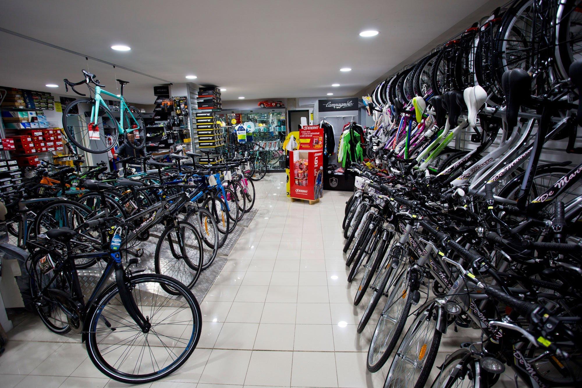 Interno del negozio Cicli de Marzo con moltissime mountain bike e bici a Bari