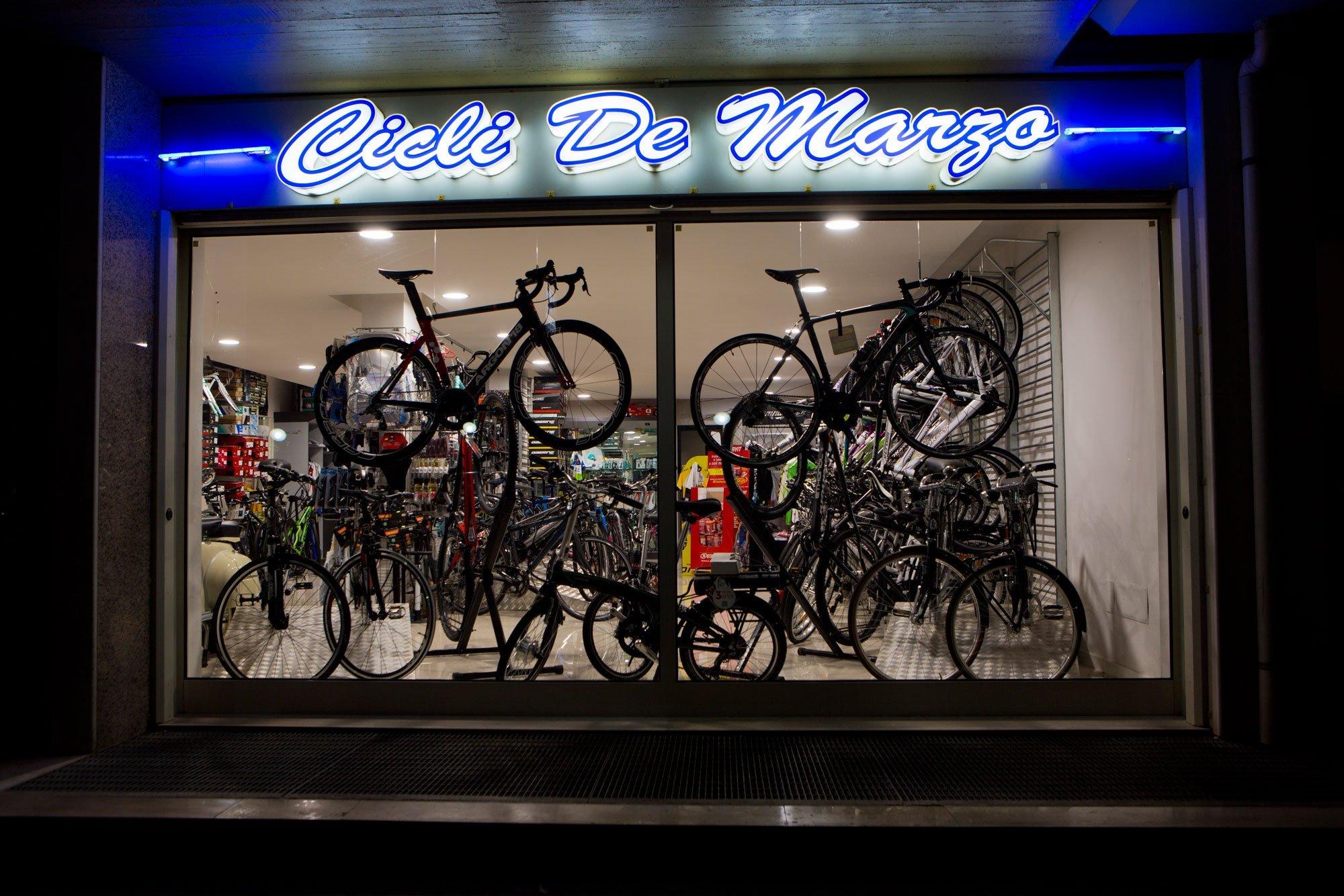 Vetrina del negozio Cicli de Marzo con moltissime mountain bike e bici a Bari