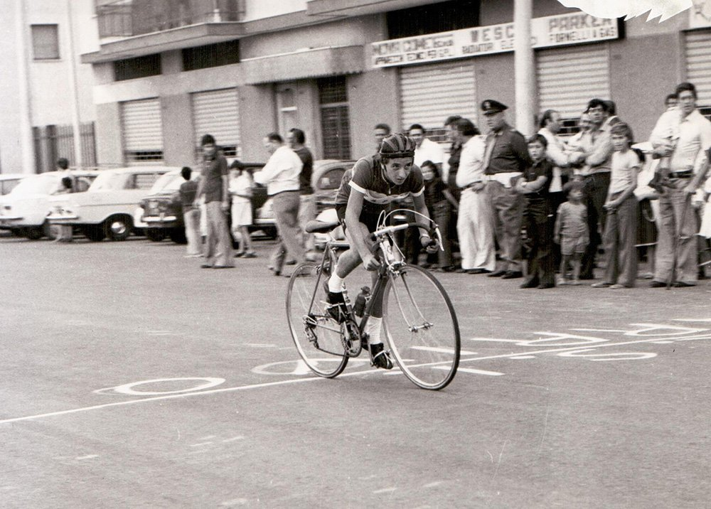 foto in bianco e nere corridore in bici