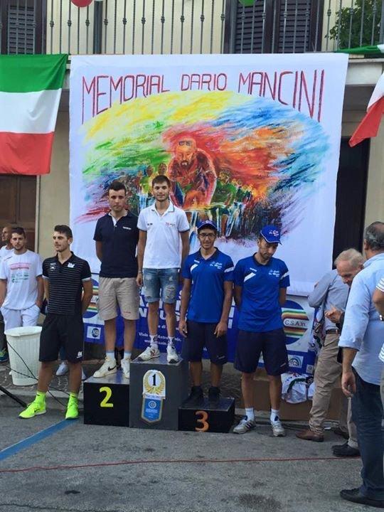 podio con ciclisti vincenti