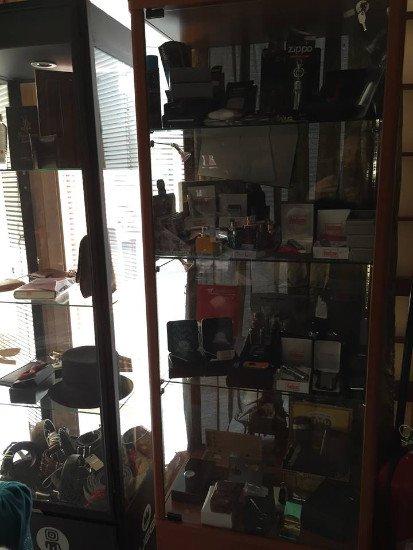 Sorprendente angolo pieno di prodotti alimentari da olive a cafes passando per biscotti e marmellate