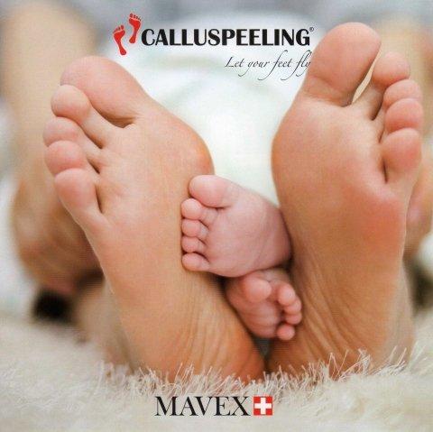 due piedi di una donna e due di un bambino