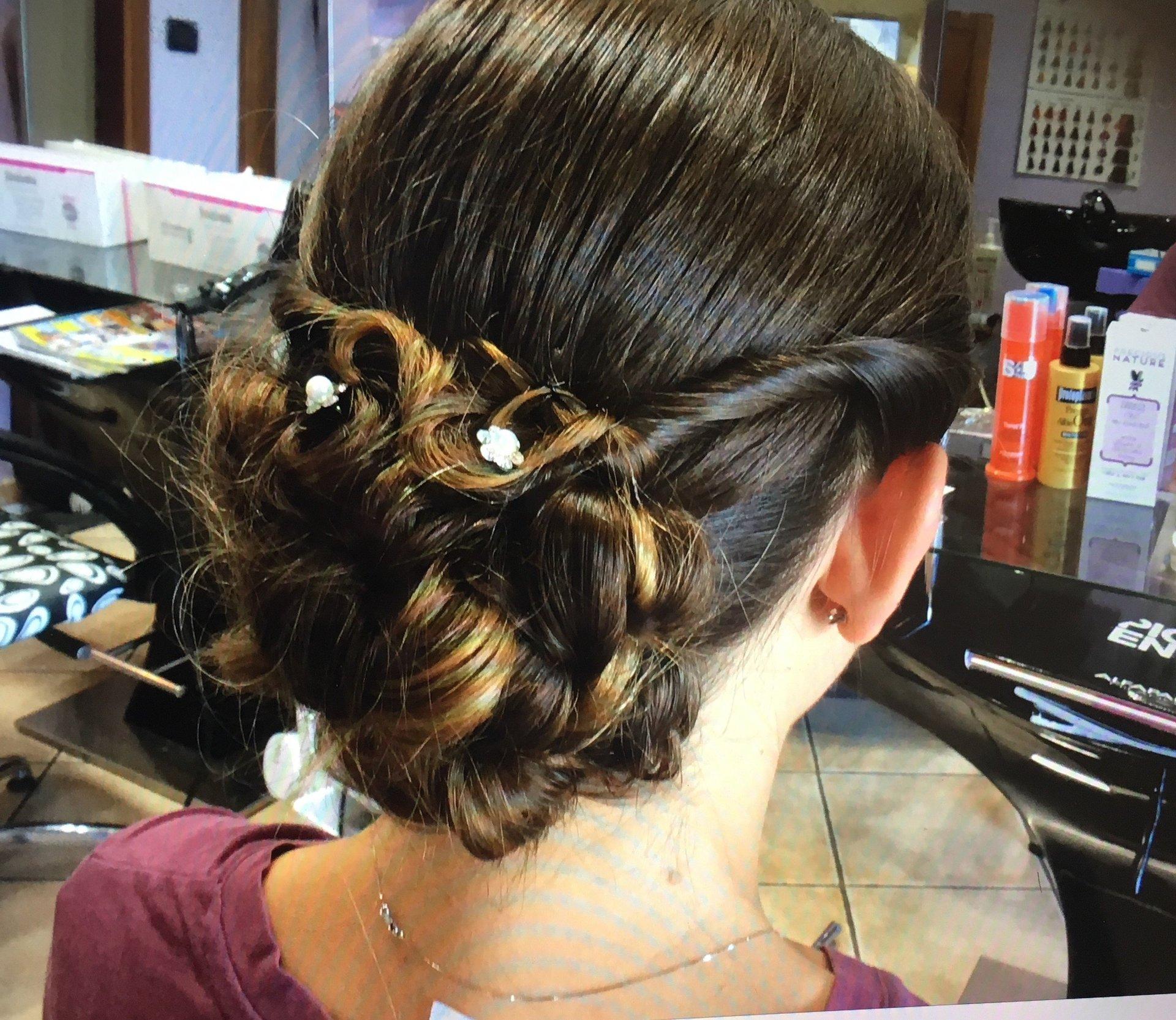 capelli raccolti  con decori