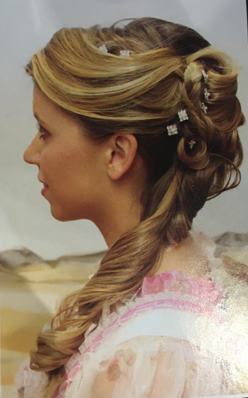 acconciatura sposa con capelli biondi semi raccolti e coda  laterale