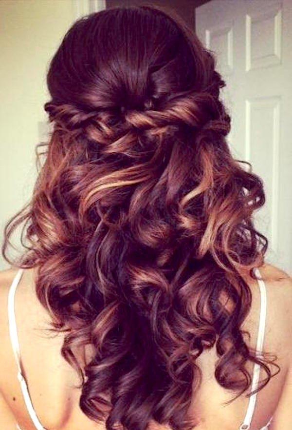 capelli ondulati lunghi con treccia a corona