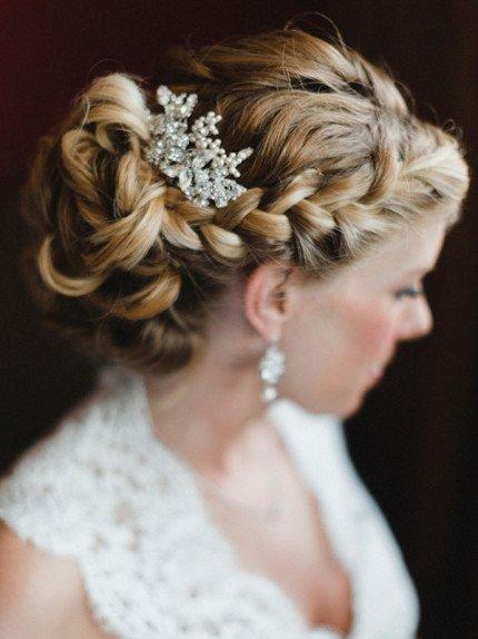 acconciatura sposa con trecce e capelli raccolti