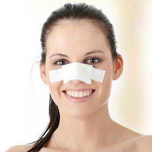 una donna con una benda sul naso