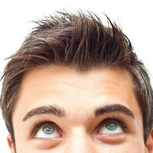 un ragazzo con gli occhi azzurri