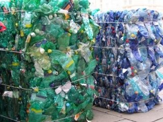 raccolta di rifiuti plastici