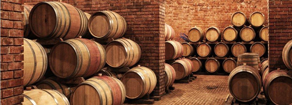 delle botti di vino in cantina