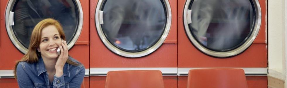 donna in lavanderia self service