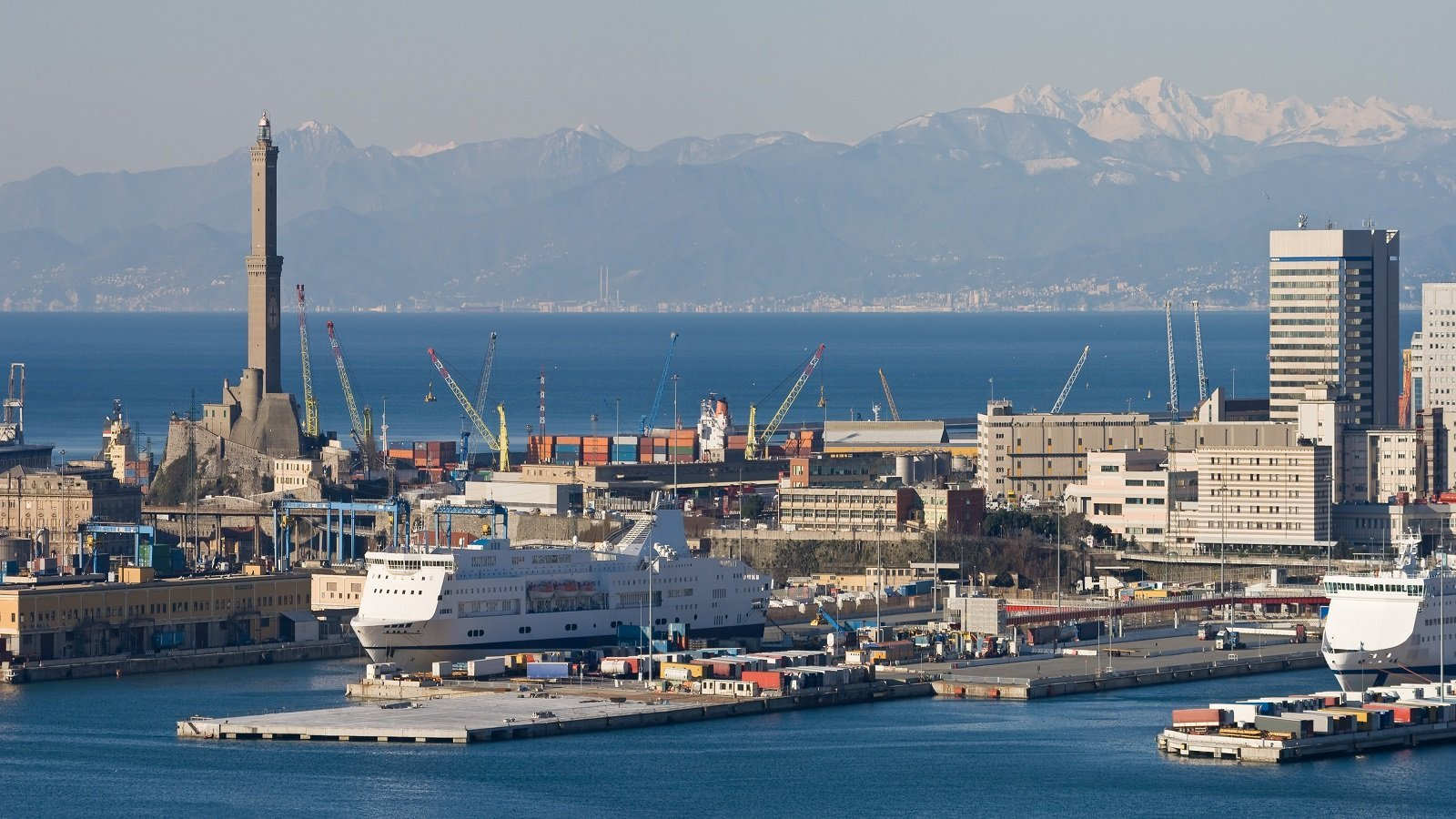 una nave al porto, delle gru  e vista di una citta'
