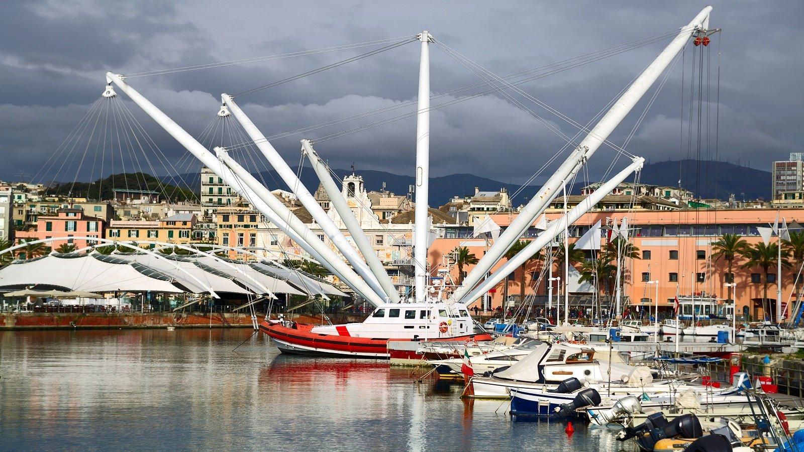 una barca e  dei pali con delle corde in un porto