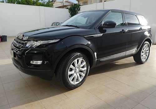 un Range Rover di colore nero