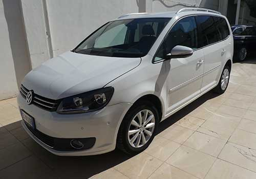una Volkswagen di color bianco