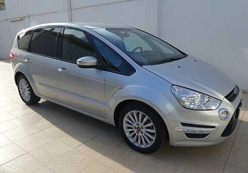 una Ford di color grigio
