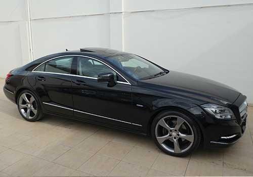 una berlina di lusso Mercedes nera