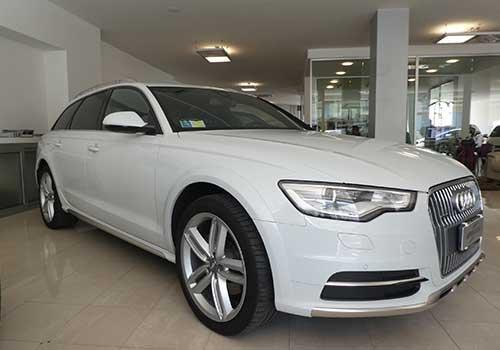 un Audi bianca vista di lato