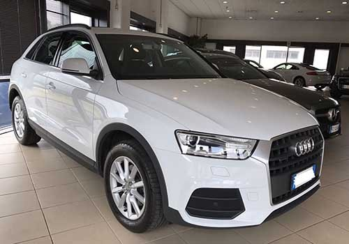 un Audi bianca vista frontalmente