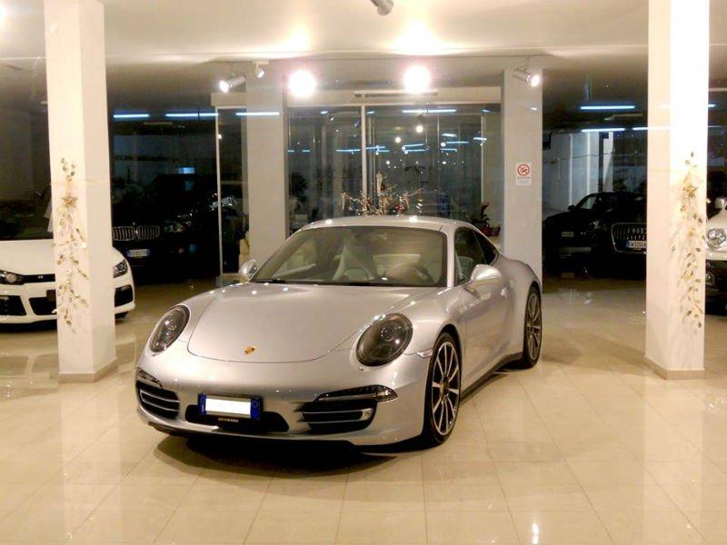 una Porsche grigia