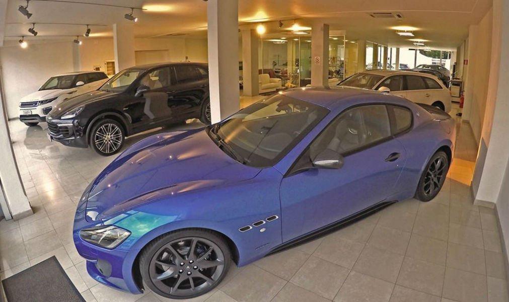 una Maserati blu