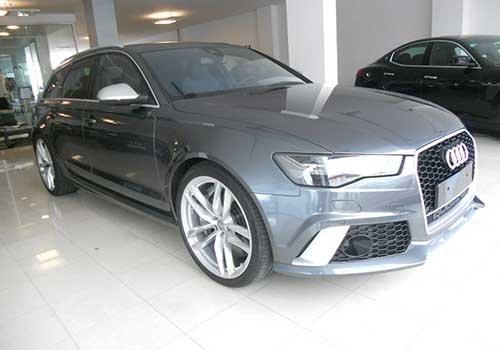 un Audi grigia scura