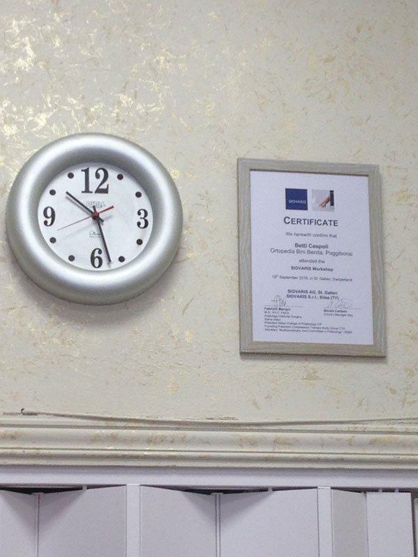 Un orologio e una cornice con un certificato