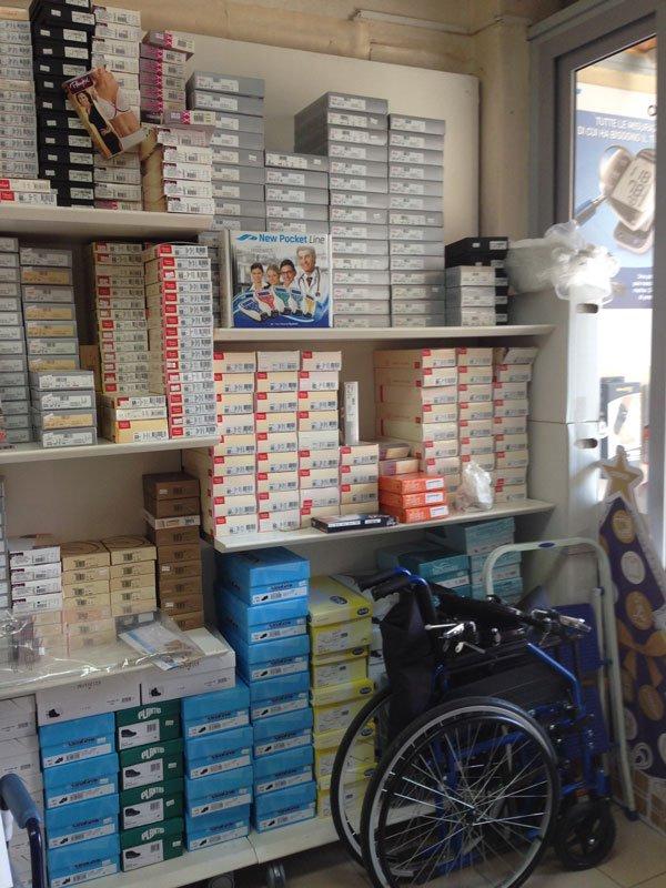 Delle mensole con delle scatole e una sedia a rotelle