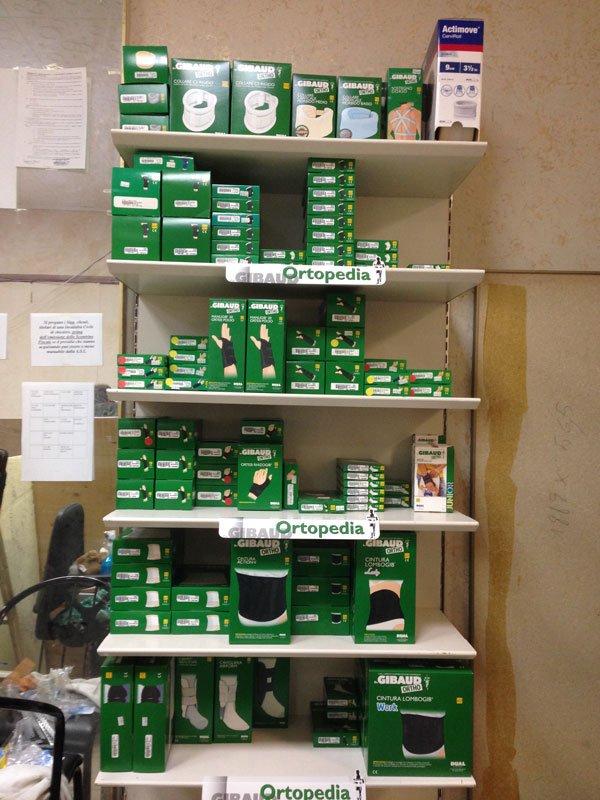 delle mensole con delle scatole verdi di prodotti ortopedici