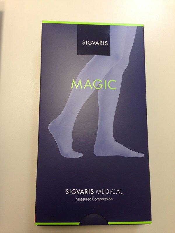 una scatola raffigurante due piedi con scritto Medic Sigvaris Medical