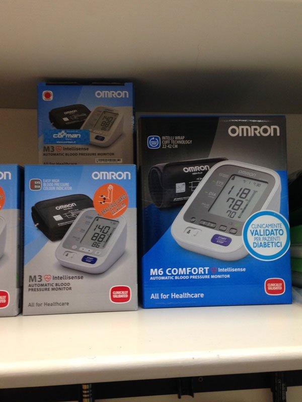 delle scatole di apparecchi che misurano la pressione sanguigna