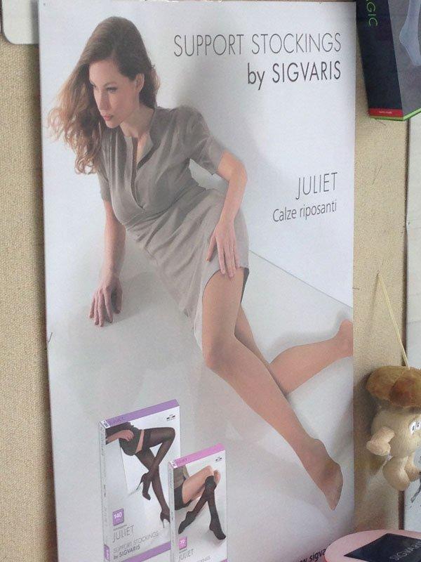 una pubblicità con la foto di una donna di calze riposanti della marca SIGVARIS