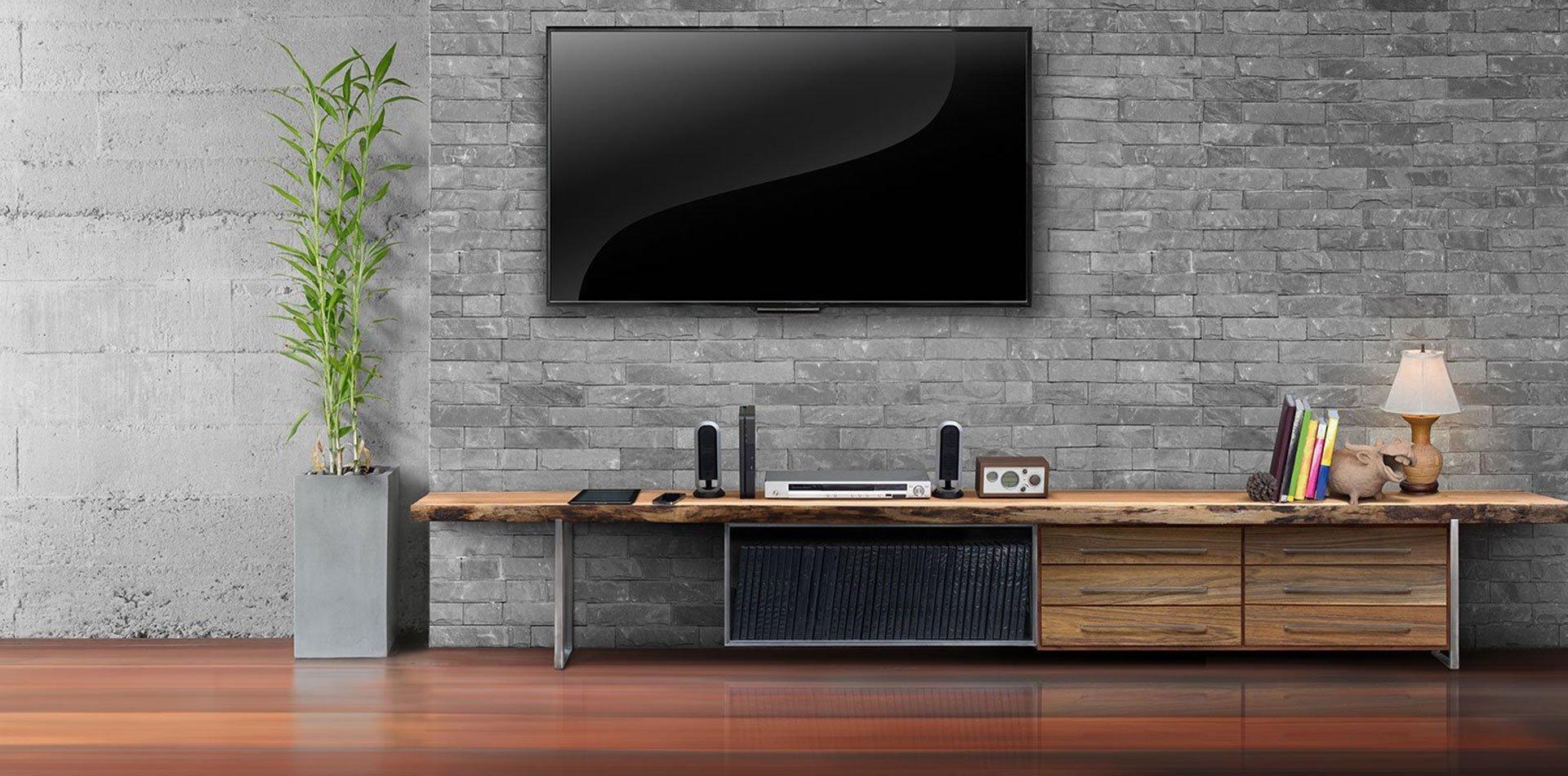 TV a muro e mobile in legno