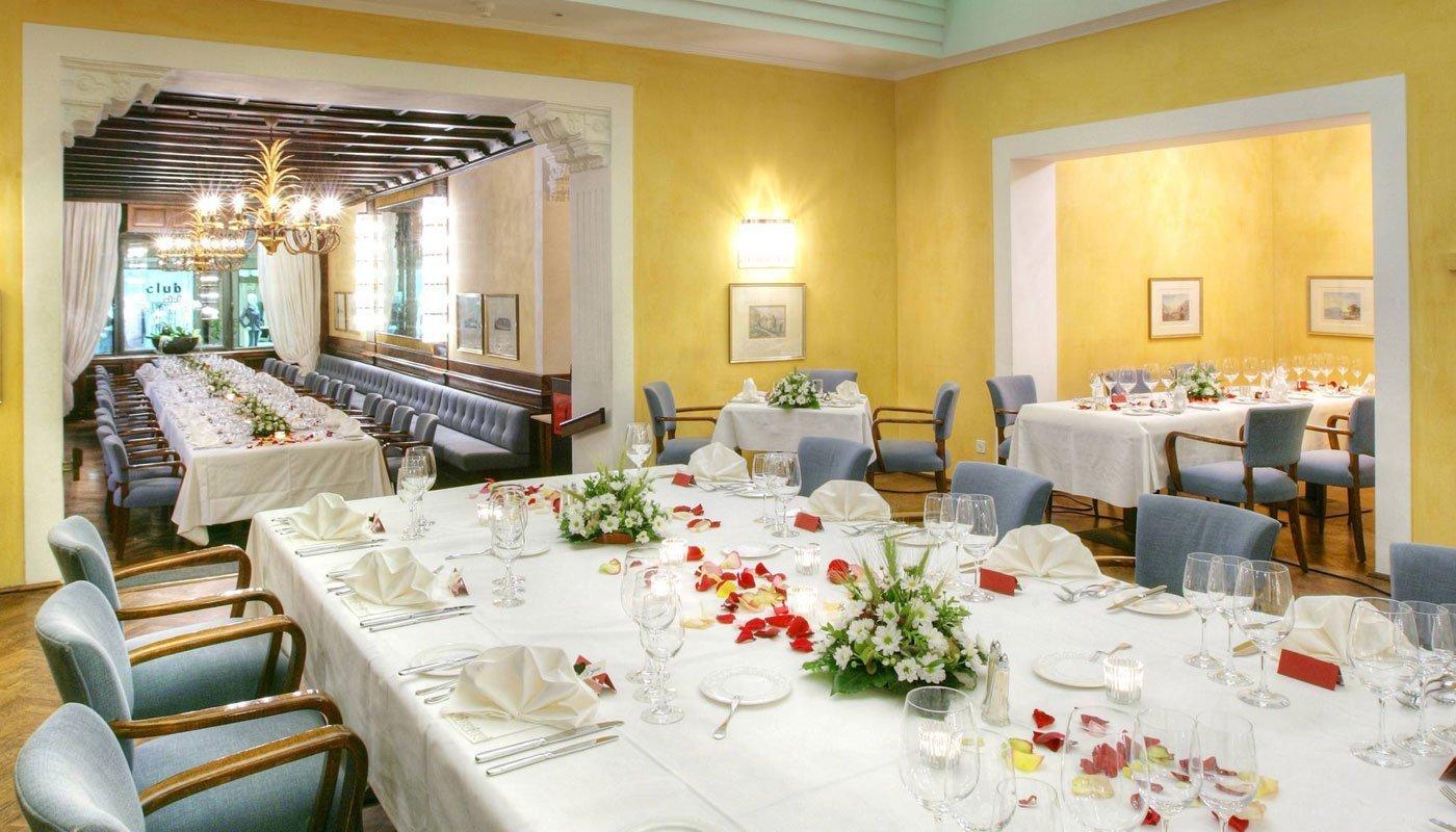 Il Ristorante Grand Café Al Porto preparato per una serata