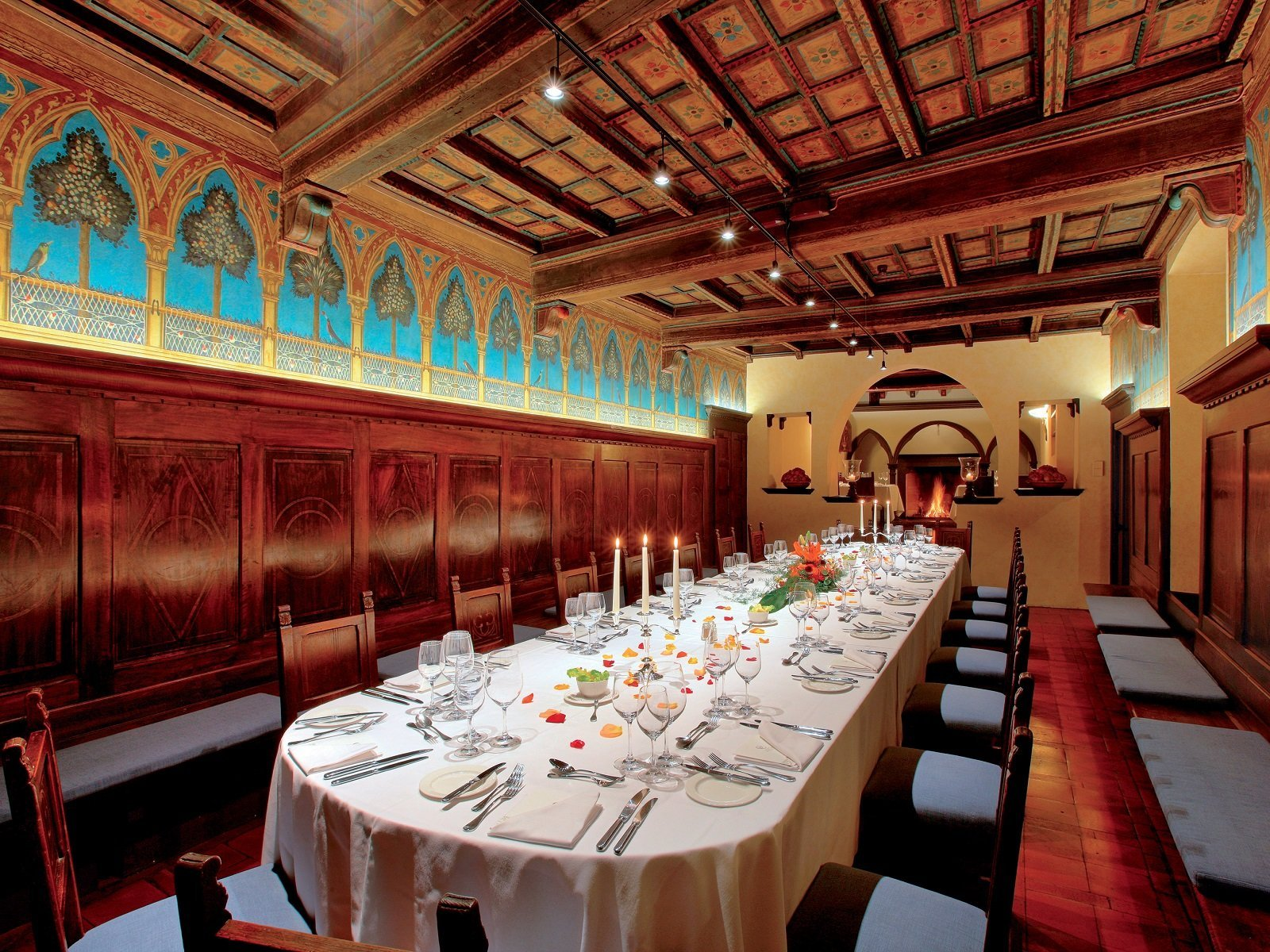 Il Cenacolo Fiorentino con lo splendido soffitto a cassettoni e gli affreshi di Carlo Bonafedi