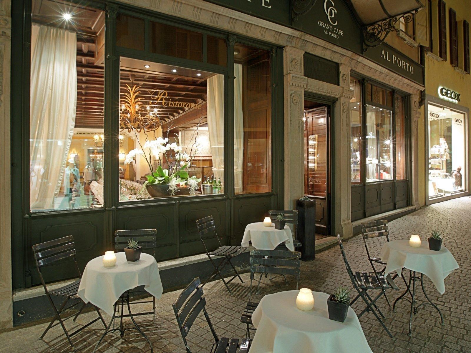 Il Grand Café la sera, aperto per il suo evento